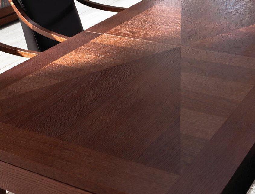 Piękny stół z intarsjami
