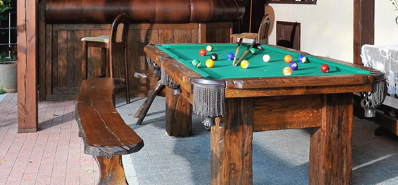 rustykalny stół bilardowy