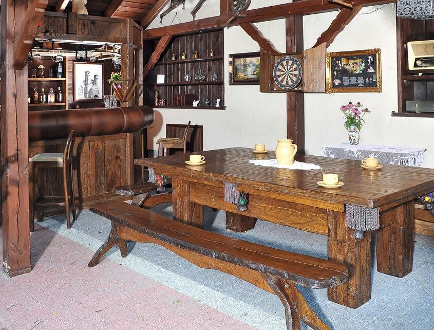 Stół do bilarda z dziurkami po kornikach