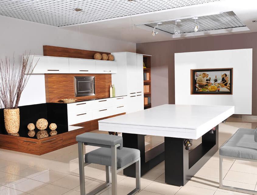 Stół do bilarda w otwartej kuchni