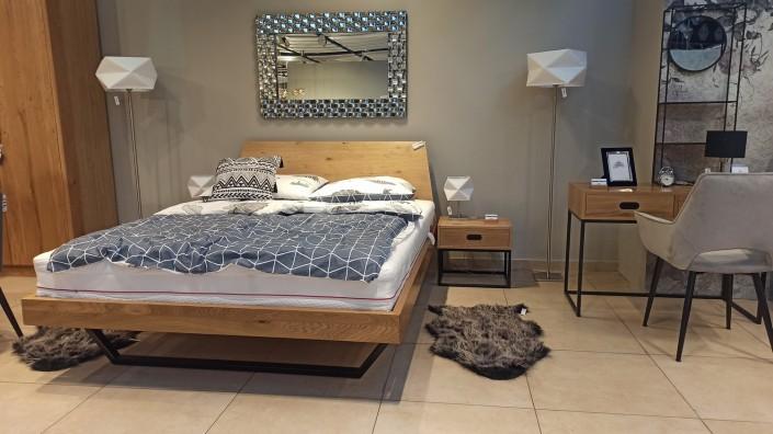 Łóżko drewniane na metalowych nogach