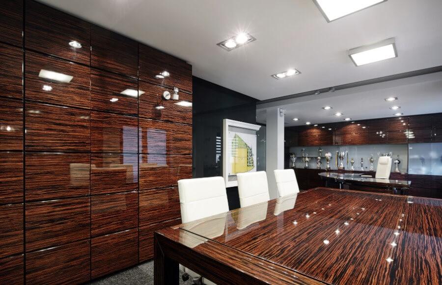 Meble do kancelarii - funkcja stołu konferencyjnego i stołu bilardowego